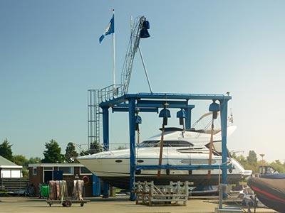 Jachthaven Stenhuis - Botenlift tot 20 ton - Mastenkraan en een bootmansstoel aanwezig